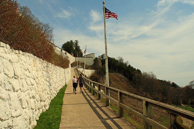 10-climbing-hill-to-fort-mackinac